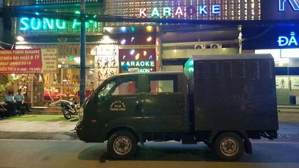Công an TP.HCM phong tỏa, khám xét xuyên đêm quán karaoke của Phúc XO - Ảnh 3.