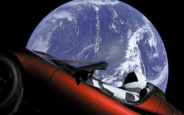 SpaceX hoãn phóng vệ tinh thương mại đầu tiên vì gió to - Ảnh 1.