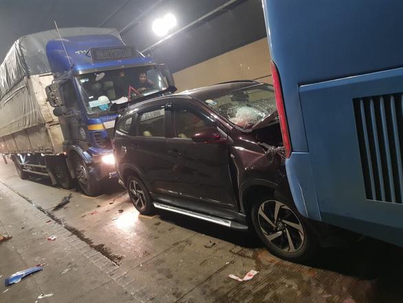 Lại xảy ra tai nạn liên hoàn trong hầm Hải Vân vì xe dừng đột ngột - Ảnh 1.