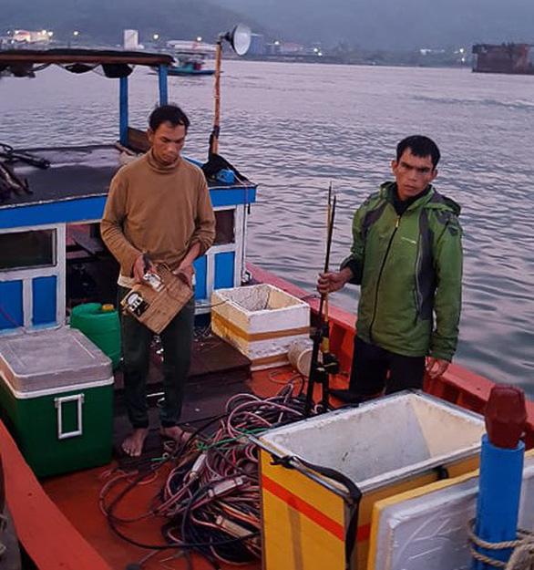 Bắt quả tang 6 tàu cá đánh bắt bằng kích điện trên vùng biển Sơn Trà - Ảnh 2.