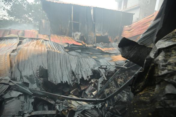 Tìm được 8 thi thể nạn nhân vụ cháy nhà xưởng, có 4 người cùng gia đình - Ảnh 1.