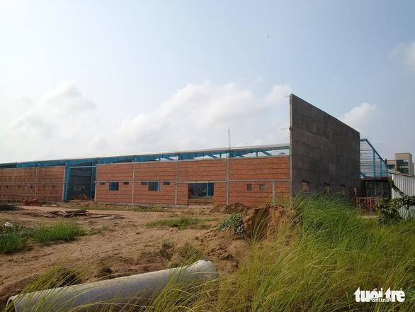 Bức tường sập làm 6 người chết ở Vĩnh Long được cấp phép xây thiếu thủ tục - Ảnh 2.