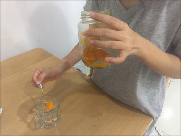 Gặp nước nóng, tinh bột nghệ cũng tạo khối bã trong dạ dày - Ảnh 2.