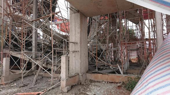 Sập giàn giáo công trình đang xây, ít nhất 8 người bị thương - Ảnh 2.