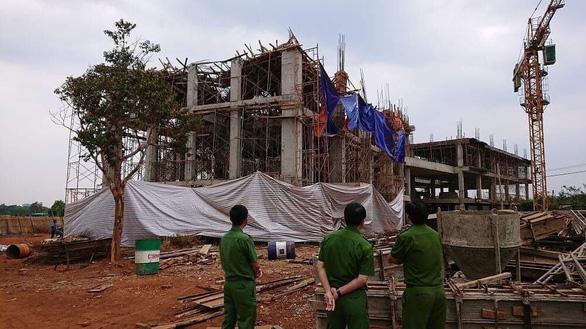 Sập giàn giáo công trình đang xây, ít nhất 8 người bị thương - Ảnh 1.