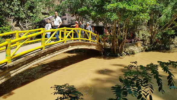 Hàng trăm khối bùn nạo vét hồ Xuân Hương tràn xuống, suối Prenn đục ngầu - Ảnh 3.