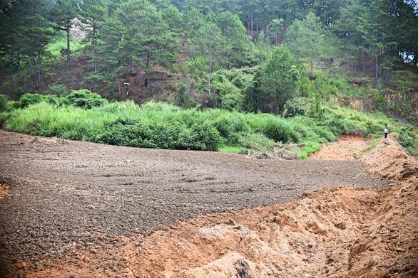 Hàng trăm khối bùn nạo vét hồ Xuân Hương tràn xuống, suối Prenn đục ngầu - Ảnh 2.