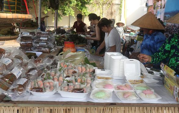Lễ hội bánh dân gian Nam Bộ còn dùng nhiều nilông - Ảnh 1.