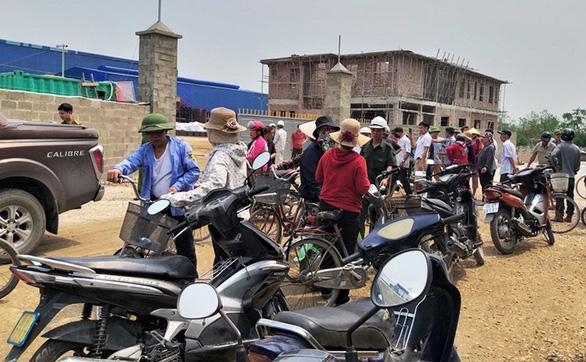 Dân bao vây nhà máy quặng gây ô nhiễm tại Hải Phòng - Ảnh 1.