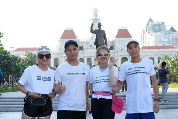 4 bạn trẻ chạy tiếp sức 100km tái hiện con đường rác thải - Ảnh 1.