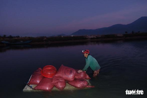 Trắng đêm lặn mò vẹm đất ở đầm Thủy Triều - Ảnh 12.