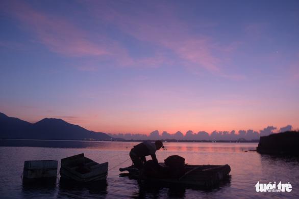 Trắng đêm lặn mò vẹm đất ở đầm Thủy Triều - Ảnh 11.