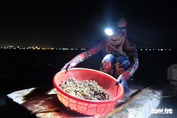 Trắng đêm lặn mò vẹm đất ở đầm Thủy Triều - Ảnh 8.