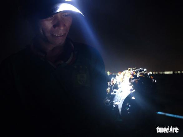 Trắng đêm lặn mò vẹm đất ở đầm Thủy Triều - Ảnh 9.