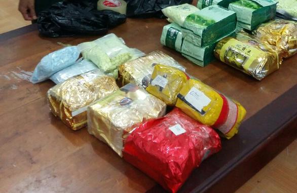 Bắt 2 người nghi mang 26,6kg ma túy từ Campuchia về Việt Nam - Ảnh 1.