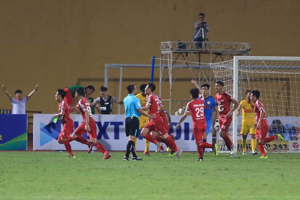 Trung vệ Bùi Tiến Dũng ghi bàn giúp Viettel đá bại Nam Định - Ảnh 2.