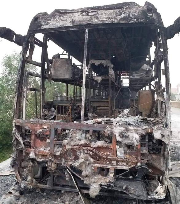 Xe khách bùng cháy giữa đường, 30 hành khách tháo chạy lúc rạng sáng - Ảnh 1.