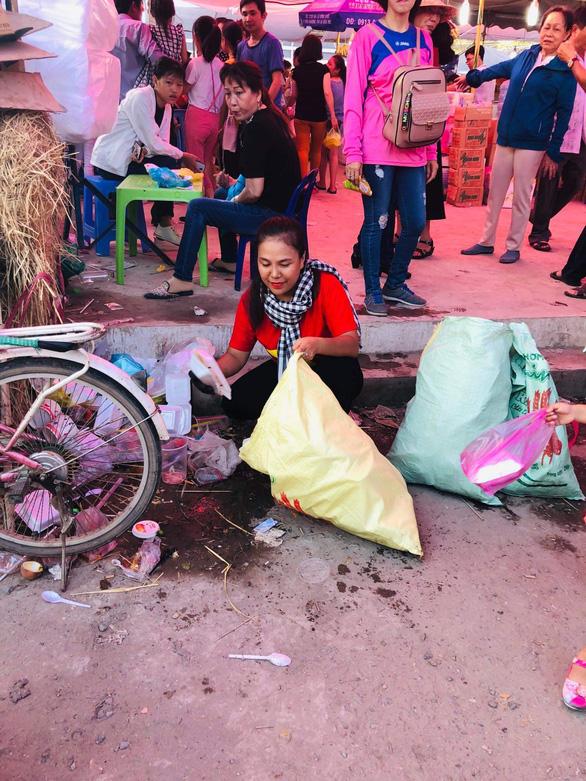 Từ TP.HCM đến lễ hội ở Cần Thơ để... dọn rác - Ảnh 1.