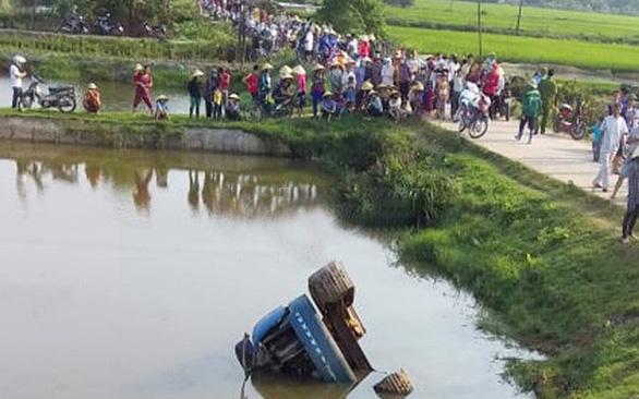 Xe tải bị tuột dốc, 2 thiếu niên tử vong - Ảnh 1.