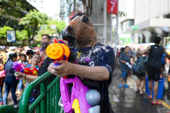 Người Thái chơi đùa với voi, đại chiến súng nước dịp Tết Songkran - Ảnh 11.