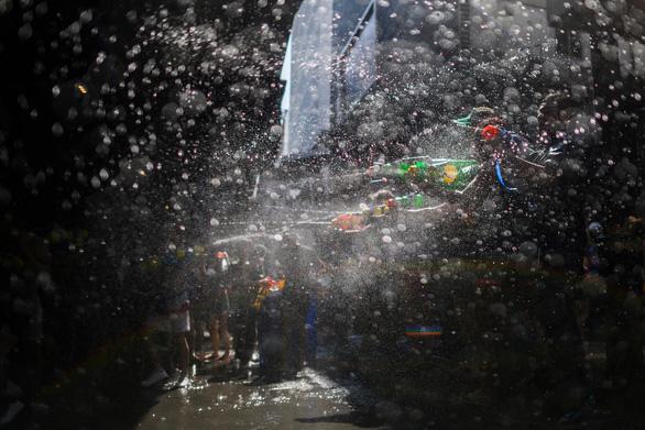 Người Thái chơi đùa với voi, đại chiến súng nước dịp Tết Songkran - Ảnh 10.