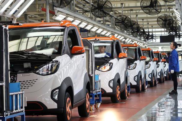 Đua nhau làm xe điện, Trung Quốc đối diện bong bóng kinh tế - Ảnh 1.