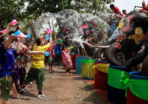 Người Thái chơi đùa với voi, đại chiến súng nước dịp Tết Songkran - Ảnh 2.