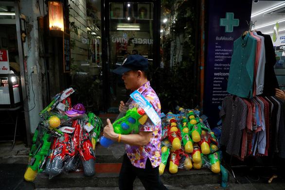 Người Thái chơi đùa với voi, đại chiến súng nước dịp Tết Songkran - Ảnh 4.