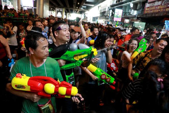 Người Thái chơi đùa với voi, đại chiến súng nước dịp Tết Songkran - Ảnh 7.