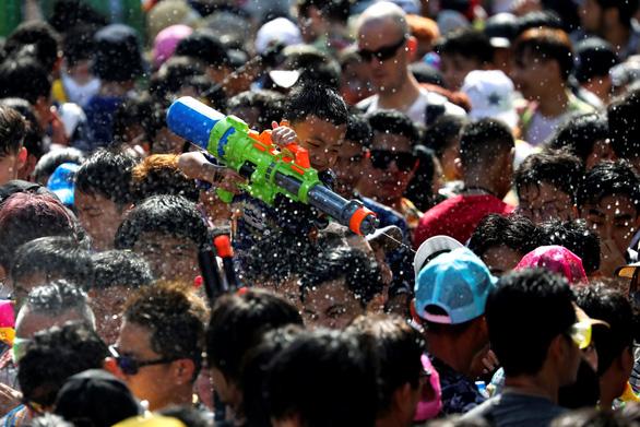 Người Thái chơi đùa với voi, đại chiến súng nước dịp Tết Songkran - Ảnh 8.