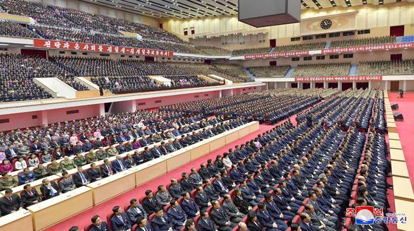 Người dân Triều Tiên mừng ngày sinh nhà sáng lập đất nước - Ảnh 6.