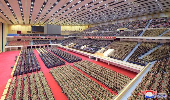 Người dân Triều Tiên mừng ngày sinh nhà sáng lập đất nước - Ảnh 7.