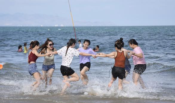 Dân Sài Gòn trốn nóng, ken đặc biển Vũng Tàu - Ảnh 4.