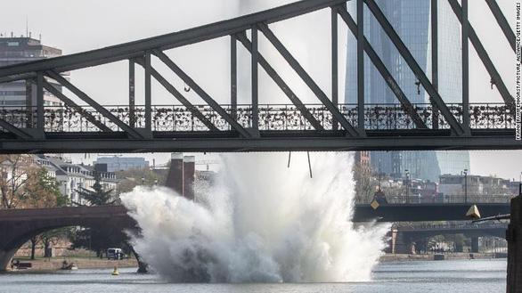 Đức kích nổ quả bom nặng 250kg  sót lại dưới lòng sông Main - Ảnh 1.