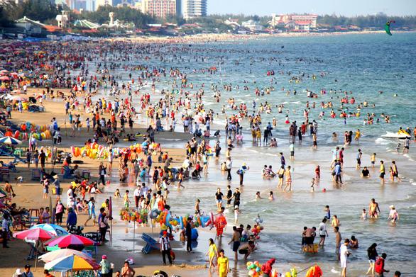 Dân Sài Gòn trốn nóng, ken đặc biển Vũng Tàu - Ảnh 1.