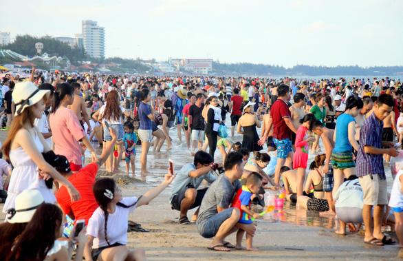 Dân Sài Gòn trốn nóng, ken đặc biển Vũng Tàu - Ảnh 2.