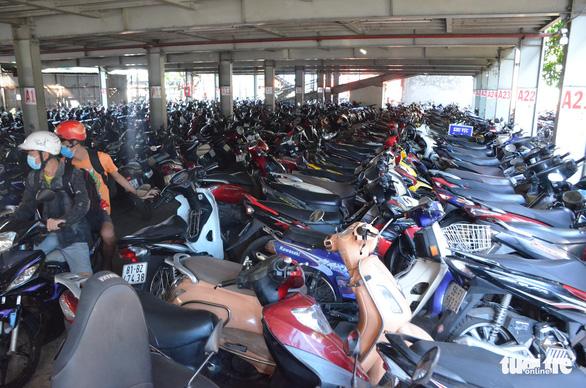 Điểm giữ xe ở TP.HCM đua nhau chặt chém, 30.000 đồng/xe máy - Ảnh 1.