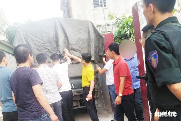 Hàng chục cảnh sát phong tỏa phố, vây bắt vụ nghi mua bán ma túy - Ảnh 4.
