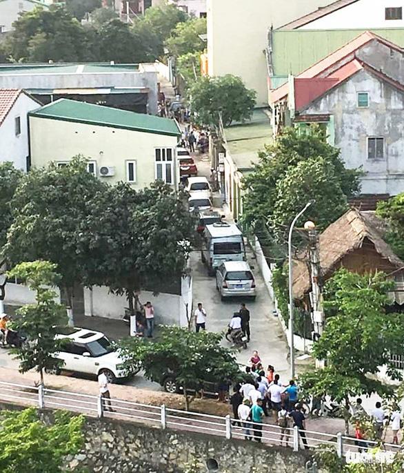 Hàng chục cảnh sát phong tỏa phố, vây bắt vụ nghi mua bán ma túy - Ảnh 3.