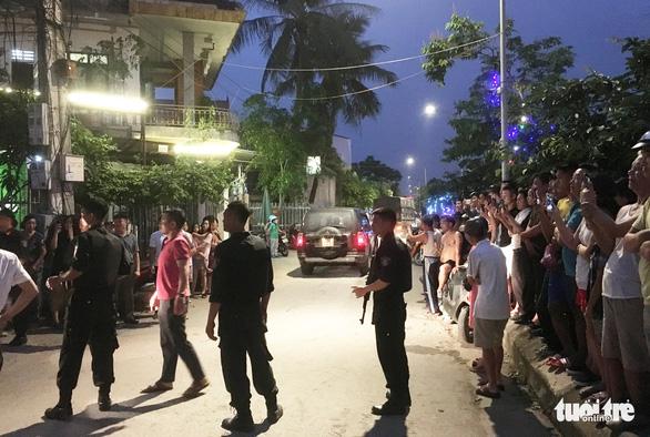 Hàng chục cảnh sát phong tỏa phố, vây bắt vụ nghi mua bán ma túy - Ảnh 5.