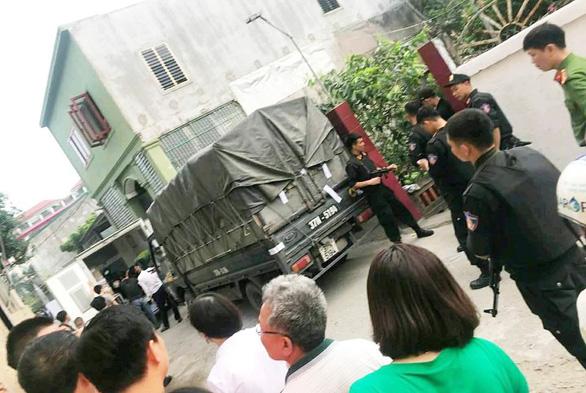 Hàng chục cảnh sát phong tỏa phố, vây bắt vụ nghi mua bán ma túy - Ảnh 1.