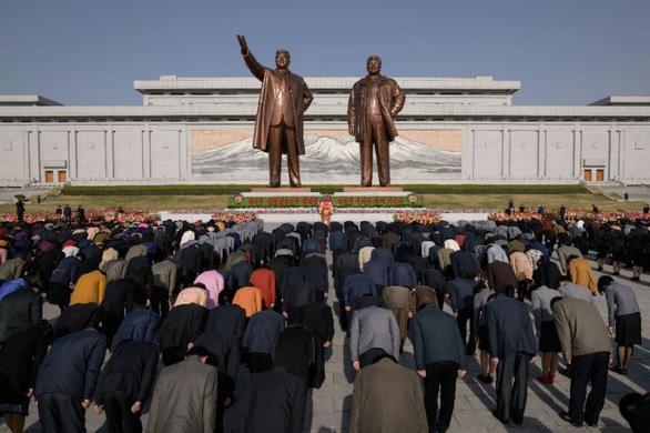 Người dân Triều Tiên mừng ngày sinh nhà sáng lập đất nước - Ảnh 1.
