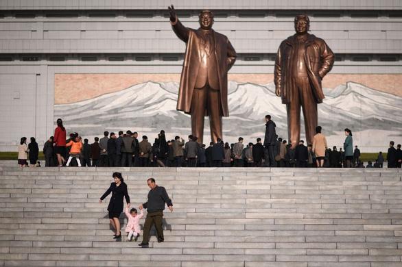 Người dân Triều Tiên mừng ngày sinh nhà sáng lập đất nước - Ảnh 3.