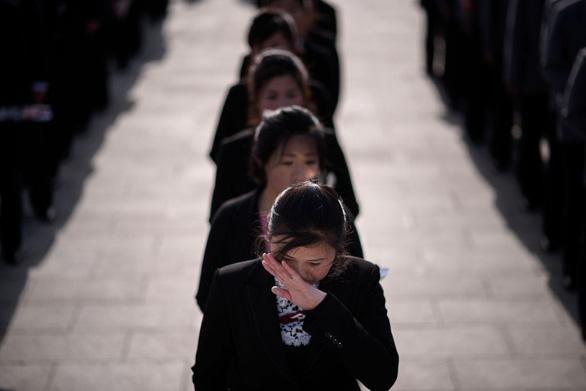 Người dân Triều Tiên mừng ngày sinh nhà sáng lập đất nước - Ảnh 4.