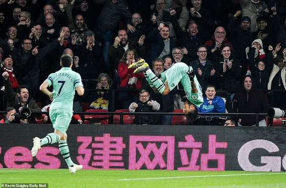 May mắn thắng 10 người Watford, Arsenal trở lại tốp 4 - Ảnh 2.