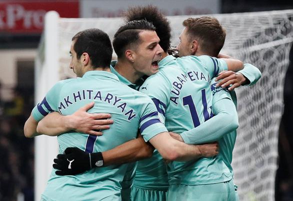 May mắn thắng 10 người Watford, Arsenal trở lại tốp 4 - Ảnh 1.