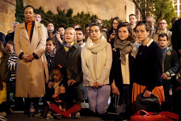 Người dân Paris quỳ khóc, cầu nguyện khi trái tim của Paris bốc cháy - Ảnh 4.