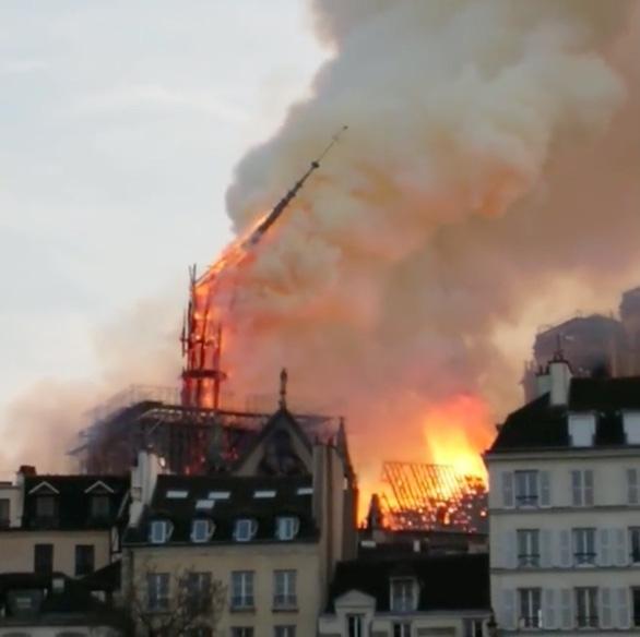 Cả nước Pháp bàng hoàng nhìn Nhà thờ Đức Bà Paris bốc cháy - Ảnh 1.