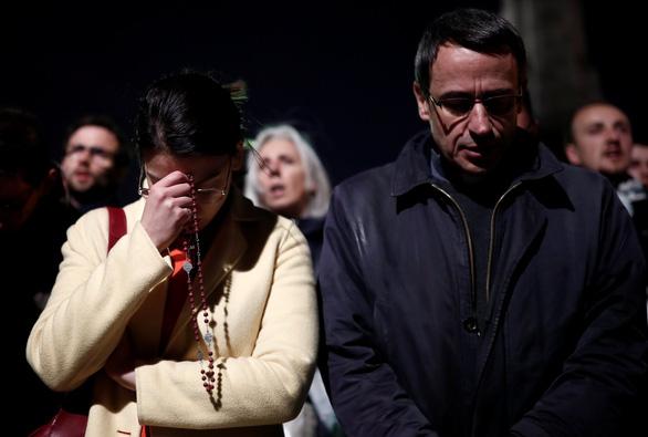 Người dân Paris quỳ khóc, cầu nguyện khi trái tim của Paris bốc cháy - Ảnh 3.