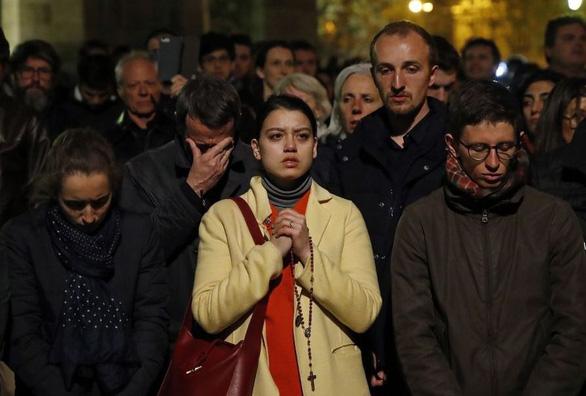 Người dân Paris quỳ khóc, cầu nguyện khi trái tim của Paris bốc cháy - Ảnh 5.